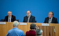 Berlin, Dienstag (04.06.13), Olaf Tschimpke, Pr&auml;sident des Naturschutzbund Deutschland (NABU, l.), Hartmut Vogtmann, Pr&auml;sident Deutscher Naturschutzring (DNR), und Hubert Weiger, Vorsitzender Bund f&uuml;r Umwelt und Naturschutz Deutschland (BUND, r.) , in der Bundespressekonferenz. Bei einer Pressekonferenz stellten die Vertreter von Umweltschutzverb&auml;nden ihre Forderungen an die k&uuml;nftige Bundesregierung vor.<br /> Foto: Michael Gottschalk/CommonLens