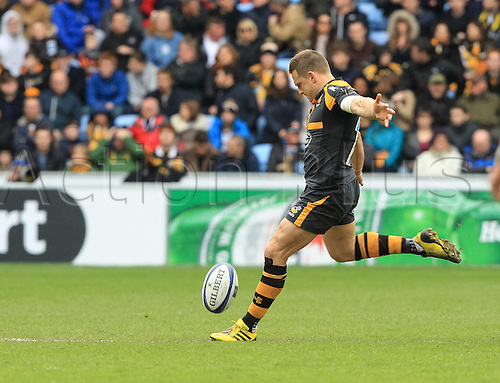 09.04.2016. Ricoh Arena, Coventry, England. European Champions Cup. Wasps versus Exeter Chiefs.  Wasps fly-half Jimmy Gopperth restarts the game.