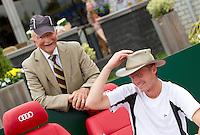 20-08-11, Tennis, Amstelveen, Nationale Tennis Kampioenschappen, NTK, Arjan Pasoors en opa Scheer ruilen van hoofddeksel