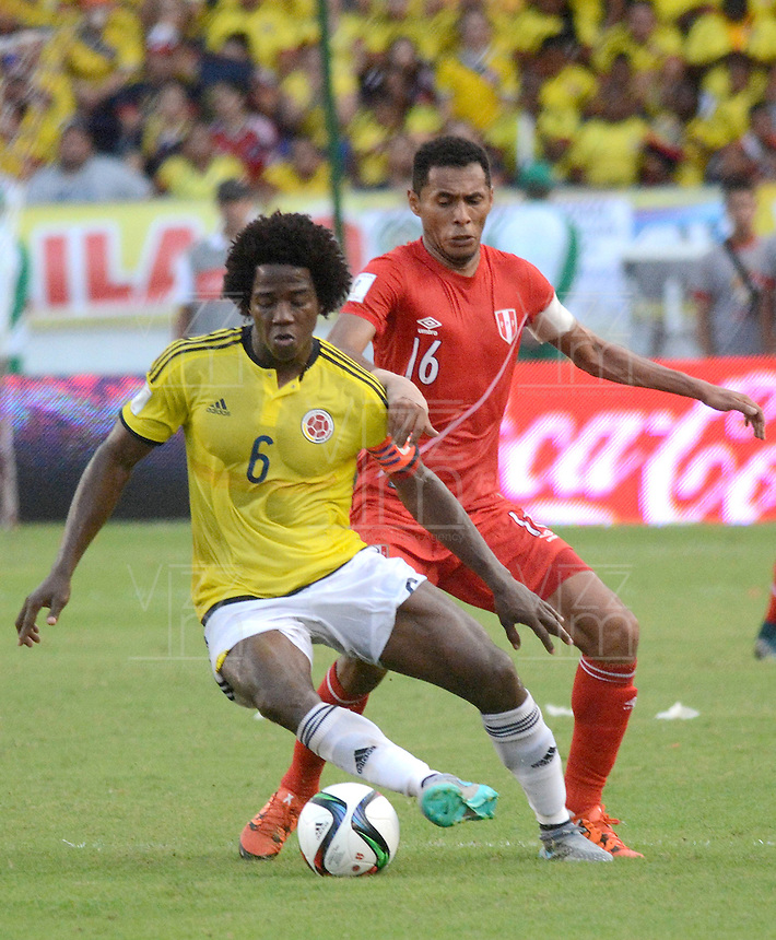 BARRANQUILLA - COLOMBIA -08-10-2015: Carlos Sanchez (Izq) jugador de Colombia disputa el balón con Carlos Lobaton (Der) jugador de Perú durante partido válido por la clasificación a la Copa Mundo FIFA 2018 Rusia jugado en el estadio Metropolitano Roberto Melendez en Barranquilla./  Carlos Sanchez (L) of Colombia fights the ball with Carlos Lobaton (R) of Peru during match valid for the 2018 FIFA World Cup Russia Qualifier played at Metropolitan stadium Roberto Melendez in Barranquilla. Photo: VizzorImage / Alfonso Cervantes / Str