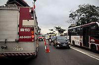SÃO PAULO, SP, 06.05.2015: INCÊNDIO-SP - Incêndio em casa noturna na estrada de Itapecerica, Vila das Belezas, zona sul de São Paulo, na manhã desta quarta feira (6). As vítimas foram socorridas para um hospital da região.(Foto: Fabricio Bomjardim/Brazil Photo Press)