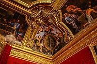 VERSAILLES, FRANÇA, 27.06.2019 - TURISMO-FRANÇA - Palácio de Versailles um castelo real localizado na cidade de Versalhes, uma aldeia rural à época de sua construção, mas actualmente um subúrbio de Paris. Desde 1682, quando Luís XIV se mudou de Paris, até a família real ser forçada a voltar à capital em 1789, a Corte de Versalhes foi o centro do poder do Antigo Regime na França. (Foto: Vanessa Carvalho/Brazil Photo Press)