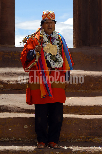 El presidente electo de Bolivia Evo Morales habla en la entrada del templo Kalasasaya en las ruinas arqueologicas de Tiahuanacu durante la ceremonia ritual de investidura del mando originario con los simbolos de poder de los indios aymara. En la vispera de su asuncion como presidente de Bolivia, Evo Morales fue a Tiahuanaco para pedir la bendicion de los dioses. +tiwanaku,   *Bolivia´s elected president Evo Morales speaks under the entrance of Kalasasaya temple in the  archeological ruins of Tiahuanacu during  a ritual ceremony , 40 miles from La Paz.  In the eve of his swearing as the first indigenous president of Bolivia, Morales went to Tiahuanacu to asks for the bless of indians gods. +tiwanaku..