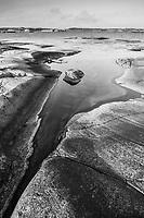 Släta hällar vid havet på Finnskär i Stockholms skärgård i svartvitt / Hobs in Stockholms archipelago Sweden.