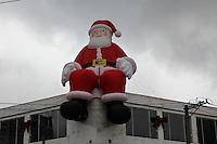 SAO PAULO, SP - 30.11.2015 - DECORAÇÃO-NATAL - Vista de um Papai Noel gigante enfeita comercio do Largo do Socorro zona sul da capital nesta segunda-feira (30). (Foto: Fabricio Bomjardim / Brazil Photo Press)