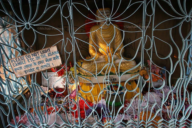 07.10.2005 Sarnath(Uttar Pradesh)<br /> <br /> Statue of Buddha where he gave his firts teaching.<br /> <br /> Statue du boudha ou il donna son premier enseignement.