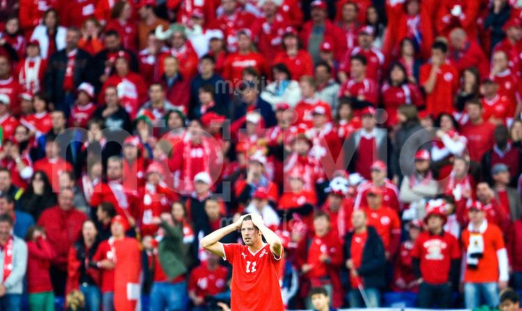 FUSSBALL EUROPAMEISTERSCHAFT 2008 Schweiz - Tschechien      07.06.2008 Marco STRELLER (Schweiz) enttaeuscht vor der Fankurve.