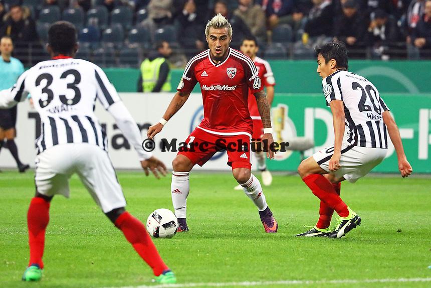 Dario Lezcano (FC Ingolstadt 04) gegen Makoto Hasebe (Eintracht Frankfurt) - 25.10.2016: Eintracht Frankfurt vs. FC Ingolstadt 04, 2. Hauptrunde DFB-Pokal, Commerzbank Arena