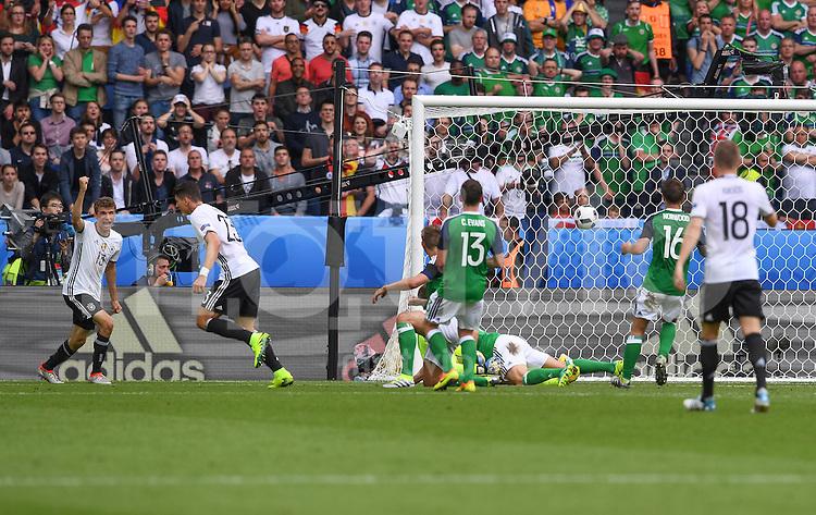 FUSSBALL EURO 2016 GRUPPE C IN PARIS Nordirland - Deutschland     21.06.2016 Mario Gomez (2.v.r.) erzielt das Tor zum 0:1. Thomas Mueller (li, beide Deutschland) eilt als erster Gratulant herbei