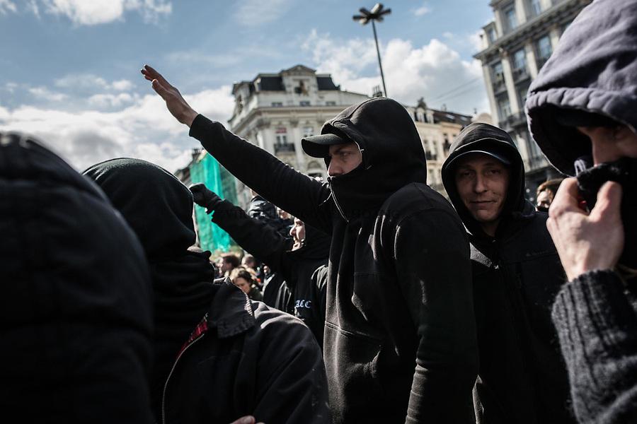BRUXELLES,Belgique:Certains des hooligans faisaient des signes neo nazi devant le mémorial place de la Bourse, le 27 mars 2016.  Peu après 14h, environ 400 hooligans sont arrivés à la Bourse et on semé le trouble au mémorial aux victimes des attentats de Bruxelles. Après 45min, la police est entrée en action pour encercler les individus et les repousser jusqu'à la gare du Nord.