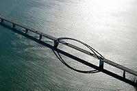 4415/Fehmarnsundbruecke :EUROPA, DEUTSCHLAND, SCHLESWIG- HOLSTEIN, 07.06.2005: Die Fehmarnsundbruecke verbindet die Insel Fehmarn in der Ostsee mit dem Festland bei Großenbrode.<br />Die 963 Meter lange kombinierte Straßen- und Eisenbahnbruecke ueberquert den 1.300 Meter breiten Fehmarnsund, hat eine lichte Hoehe von 23 Metern ueber dem Mittelwasser und wurde 1963 in Betrieb genommen. Zeitgleich wurde die Faehrlinie von Großenbrode-Kai nach Gedser durch die Faehrlinie Puttgarden-Rødby (Daenemark) ersetzt. Durch die Fehmarnsundbruecke und den gleichzeitig gebauten Faehrhafen Puttgarden auf Fehmarn wurde die durchschnittliche Reisezeit auf der so genannten Vogelfluglinie von Hamburg nach Kopenhagen deutlich verkuerzt. Ostsee, Meerenge, Vogelfluglinie, Bundesstrasse B207, Europastrasse E47, Verbindung nach Skandinavien, Insel, Wasser, Meer, Bruecke, Betonbruecke, Verkehrsweg, Luftaufnahme, Luftbild,  Luftansicht