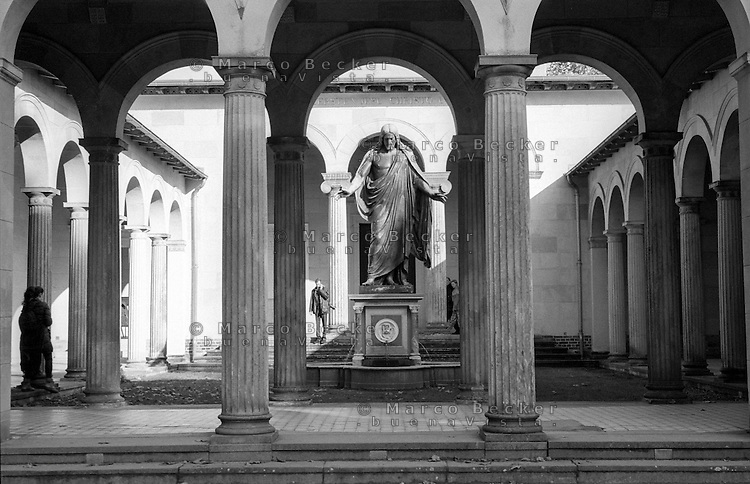 Potsdam, parco di Sanssouci. Statua di Cristo nel cortile interno della Chiesa della Pace --- Potsdam, Sanssouci Park. Jesus Christ statue in the inner courtyard of the Church of Peace