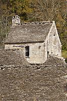 Europe/France/Aquitaine/24/Dordogne/Périgord Noir/Saint-Amand-de-Coly: Toits en Lauzes et maison du poste de garde
