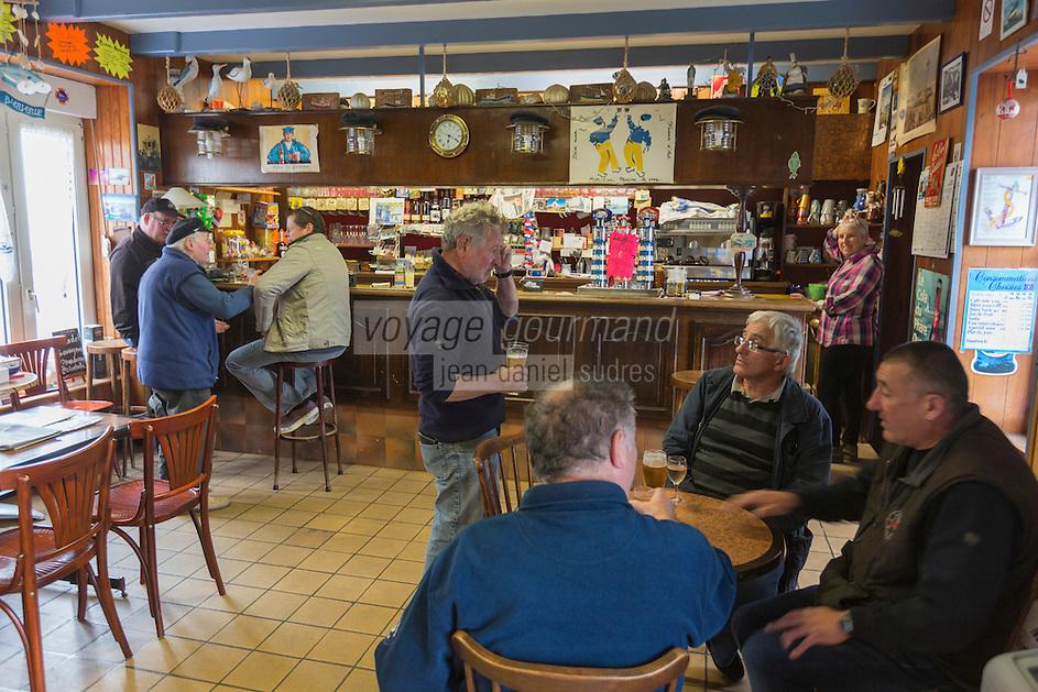 France, Bretagne, (29), Finistère, Treffiagat-Léchiagat:  Le port de Léchiagat fait face à celui du Guilvinec - Bar: Les brisants