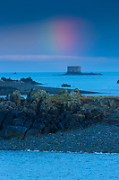 Royaume-Uni, îles Anglo-Normandes, île de Guernesey, Vale: Beaucette Marina: vue sur la çôte rocheuse et le petit fort // United Kingdom, Channel Islands, Guernsey island, Vale: Beaucette Marina