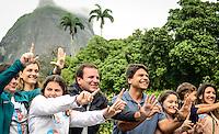 RIO DE JANEIRO, RJ, 02.10.2016 - ELEIÇÕES-RIO - O canditado a prefeito do Rio de Janeiro, Pedro Paulo, acompanhado do atual Prefeito Eduardo Paes registra seu voto na sessão de votação no Gávea Country Club, em São Conrado, zona sul do Rio de Janeiro na na manhã desse domingo, 02. (Foto: Jayson Braga / Brazil Photo Press)