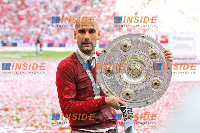 10.05.2014, Allianz Arena, Muenchen, GER, 1. FBL, FC Bayern Muenchen vs VfB Stuttgart, 34. Runde, im Bild Chef-Trainer Pep Guardiola (FC Bayern Muenchen) haelt die Meisterschale in der Hand // during the German Bundesliga 34th round match between FC Bayern Munich and VfB Stuttgart at the Allianz Arena in Muenchen, Germany on 2014/05/10. EXPA Pictures &copy; 2014, PhotoCredit: EXPA/ Eibner-Pressefoto/ Kolbert<br /> <br /> *****ATTENTION - OUT of GER***** <br /> Football Calcio 2013/2014<br /> Bundesliga 2013/2014 Bayern Campione Festeggiamenti <br /> Foto Expa / Insidefoto