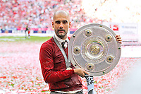 10.05.2014, Allianz Arena, Muenchen, GER, 1. FBL, FC Bayern Muenchen vs VfB Stuttgart, 34. Runde, im Bild Chef-Trainer Pep Guardiola (FC Bayern Muenchen) haelt die Meisterschale in der Hand // during the German Bundesliga 34th round match between FC Bayern Munich and VfB Stuttgart at the Allianz Arena in Muenchen, Germany on 2014/05/10. EXPA Pictures © 2014, PhotoCredit: EXPA/ Eibner-Pressefoto/ Kolbert<br /> <br /> *****ATTENTION - OUT of GER***** <br /> Football Calcio 2013/2014<br /> Bundesliga 2013/2014 Bayern Campione Festeggiamenti <br /> Foto Expa / Insidefoto