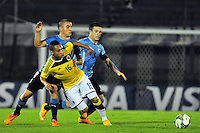 MONTEVIDEO - URUGUAY - 04-02-2015: Jarlan Barrera (Cent.) jugador de Colombia, disputa el balón con Mario Arambarri (Izq.) y Nahitan Nandez (Der.) jugadores de Uruguay, durante partido del Sudamericano Sub 20 entre los seleccionados de Colombia y Uruguay en el estadio Parque Central de la ciudad de Montevideo. / Jarlan Barrera (C) player of Colombia, fights for the ball with Mario Arambarri (L) and Nahitan Nandez (R) players of Uruguay , during the match for the Sudamericano U 20 between the teams of Colombia and Paraguay in the Parque Central stadium in Montevideo city,  Photo: Andres Gomensoro  / Photosport / VizzorImage.