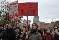 Studentenproteste gegen Zustand und Form des Deutschen Bildungssystems an den Hochschulen und Universitäten. Foto: Norman Rembarz....Norman Rembarz , ( ASV-Autorennummer 41043728 ), Holbeinstr. 14, 04229 Leipzig, Tel.: 01794887569, Hypovereinsbank: BLZ: 86020086, KN: 357889472, St.Nr.: 231/261/06432 - Jegliche kommerzielle Nutzung ist honorar- und mehrwertsteuerpflichtig! Persönlichkeitsrechte sind zu wahren. Es wird keine Haftung übernommen bei Verletzung von Rechten Dritter. Autoren-Nennung gem. §13 UrhGes. wird verlangt. Weitergabe an Dritte nur nach  vorheriger Absprache...GPS:  Länge - E12°22.807' .            Breite - N51°20.185'