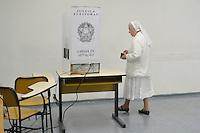 SÃO PAULO,SP, 02.10.2016 - ELEIÇÕES-SÃO PAULO - Freira Angela de 90 anos registra seu voto na PUC no bairro de Perdizes na região oeste de São Paulo, neste domingo, 02. (Foto: Levi Bianco/Brazil Photo Press)