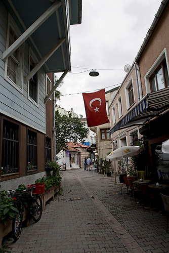 Cengelk&ouml;y ist sonst sehr belebt, vor allem an den Wochenenden. Seit dem Milit&auml;rputschversuch bleiben die Stra&szlig;en und Cafes oftmals sehr leer. <br /><br />Cengelk&ouml;y is usually very crowded, especially at weekends. Since the attempted coup, however, the neighborhood&rsquo;s streets and cafes have remained empty.
