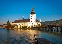 Oesterreich, Oberoesterreich, Salzkammergut, Gmunden am Traunsee: Holzbruecke zum Seeschloss Orth | Austria, Upper Austria, Salzkammergut, Gmunden at Traun Lake: Lake Castle Orth
