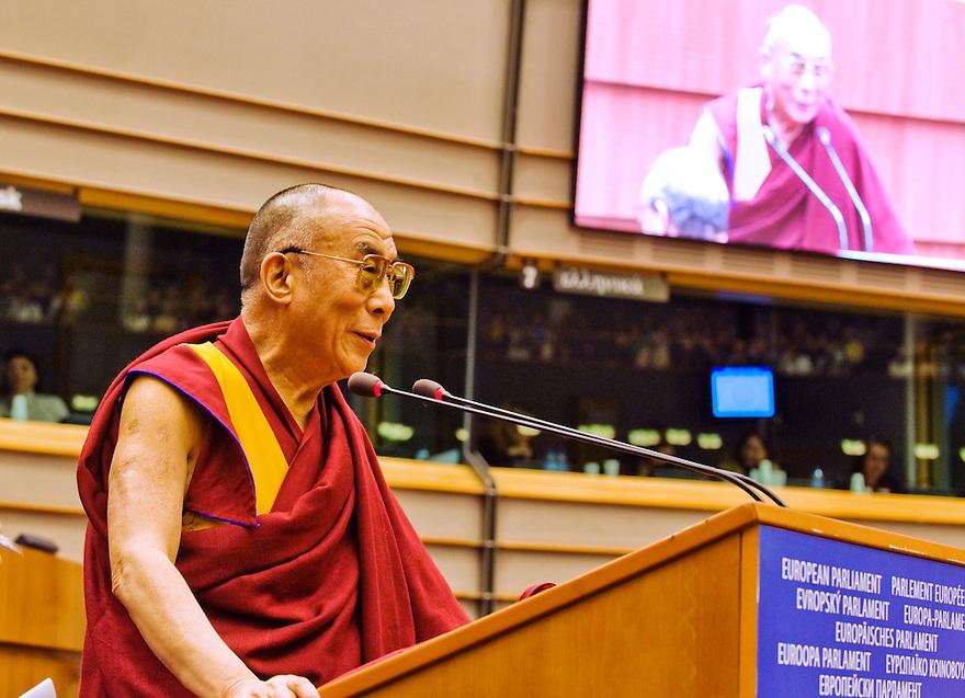 Belgie, Brussel, 4 dec  2008.Vandaag heeft de 14e Dalai Lama het Europese Parlement toegesproken over Tibet en hoe hij vindt dat het probleem met de Chinese bezetting aangepakt moet worden. ..His Holiness the 14th Dalai Lama speaks to the Eurpean Parlment about Tibet and how to solve the problems with China..Foto (c) Michiel Wijnbergh