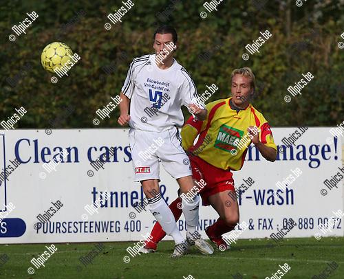 2007-10-21 / Voetbal / KSV Bornem - SK Schoten / Christian Van Hoeylandt (Schoten) met Antoons in de rug