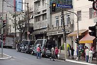 ATENCAO EDITOR: FOTO EMBARGADA PARA VEICULOS INTERNACIONAIS. SAO PAULO, SP, 06 SETEMBRO DE 2012 - POLICIA - SUSPEITA DE BOMBA -  Uma encomenda deixada na portaria do predio numero 263 da Rua Conselheiro Furtado, no Bairro da Liberdade, zona central da cidade, mobilizou 2 equipes do esquadrao anti-bombas 4 viaturas do corpo de bombeiros,  nesta tarde de quinta-feira (06). Apos a acao do GATE, os policiais verificaram que se tratava de uma caixa contendo um saca-rolhas, a encomenda era destinada a um Advogado que tem seu escritorio no local e foi enviada por uma loja de moveis, como presente ao advogado que é cliente do estabelecimento.O pacote nao continha o nome e nem mesmo o endereco do remetente e foi entregue na portaria do predio por um motoboy que nao retirou seu capacete e ao deixar a encomenda em cima do balcao da portaria, saiu correndo do predio, por causa da acao do entregador, o porteiro e o advogad suspeitaram se tratar de uma bomba, acionaram a policia militar que por sua vez acionou as equipes especializadas em bomba e os bombeiros. FOTO RICARDO LOU - BRAZIL PHOTO PRESS