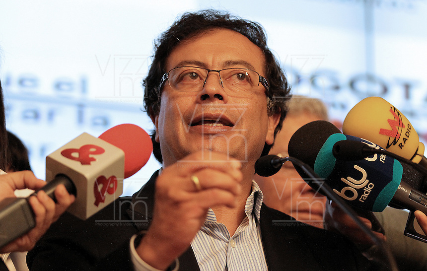 BOGOTÁ -COLOMBIA. 23-04-2014. El restituido alcalde Mayor de Bogotá, Gustavo Petro, se dirigió a los medios de comunicación en rueda de prensa hoy 23 de abril de 2014, en el Palacio de Liévano. Petro había sido retirado de su cargo tras una investigación de la Procuraduría General de la Nacion que también le impusó una inhabilidad para ejercer cargos públicos por 15 años. / The restituted mayor of Bogota, Gustavo Petro, spoke to the media in a press conference, today April 15 of 2014, at Lievano Palace. Petro had been removed from his post after an investigation of General National Attorney that also imposed a disability for 15 years to hold public office. Photo: VizzorImage / Nestor Silva / Cont