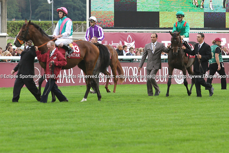 .Arc de Triomphe in Paris.  Presentation before the race. Workforce (GB) wins the race. Jockey Ryan. L. Moore Owner : K Abdullah. Trainer : M.R. STOUTE