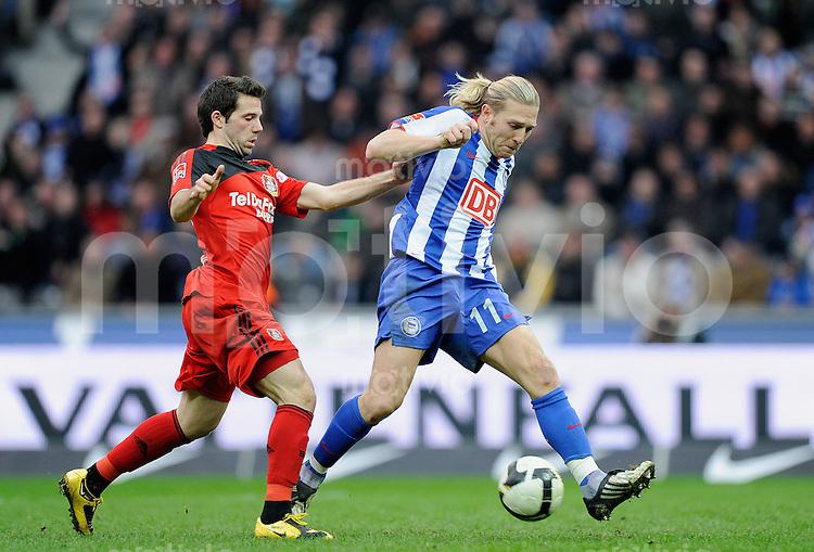 Fussball Bundesliga Saison 2008/2009 Hertha BSC Berlin - Bayer 04 Leverkusen Andrey VORONIN (Hertha, r) gegen Tranquillo BARNETTA (Leverkusen).