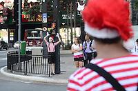 SAO PAULO, SP, 10 DE DEZEMBRO DE 2012 - No dia do circo, pessoas fantasiadas orientam pedestres a atravessar com seguranca, na manha desta segunda feira, na Avenida Paulista, regiao central da capital. FOTO: ALEXANDRE MOREIRA - BRAZIL PHOTO PRESS.