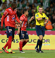MEDELLÍN - COLOMBIA - 18-03-2017: Wilson Lamoroux, arbitro, durante partido de la fecha 10 entre Atletico Nacional y Deportivo Independiente Medellin, por la fecha 10 por la Liga Águila I 2017, jugado en el estadio Atanasio Girardot de la ciudad de Medellín. / Wilson Lamoroux, referee, during a match of the date 10 between Atletico Nacional and Deportivo Independiente Medellin for the Aguila League I 2017, played at Atanasio Girardot stadium in Medellin city. Photo: VizzorImage / León Monsalve / Cont.