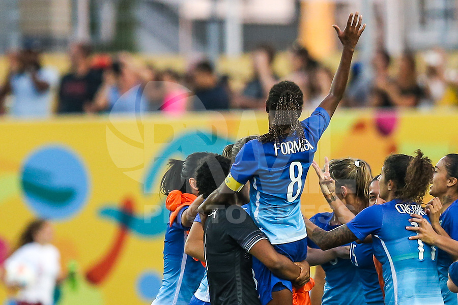HAMILTON, CANADA, 25.07.2015 - PAN-FUTEBOL - Formiga do Brasil comemora medalha de ouro após ganhar de 4 a 0 da Colombia em partida da final do futebol feminino nos jogos Pan-americanos no Estadio Tim Hortons em Hamilton no Canadá neste sábado, 25.  (Foto: William Volcov/Brazil Photo Press)