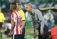 MEDELLÍN -COLOMBIA-18-04-2015. Alexis mendoza técnico de Atlético Junior da instrucciones a Jose Velez durante partido con Atlético Nacional por la fecha 16 de la Liga Aguila I 2015 jugado en el estadio Atanasio Girardot de la ciudad de Medellín./ Alexis Mendoza coach of Atletico Junior gives directios to Jose Velez during the match for the  16th date of the Aguila League I 2015 at Atanasio Girardot stadium in Medellin city. Photo: VizzorImage/León Monsalve/ Cont