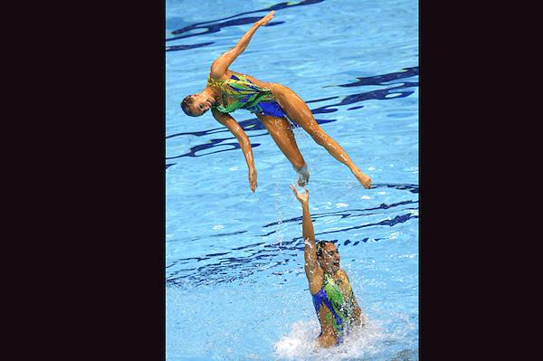 LON161 LONDRES (REINO UNIDO) 10/8/2012 .- El equipo inglés de natación sincronizada realiza el ejercicio de rutina libre en la final de la categoria hoy, 10 de agosto de 2012, en el Centro Acuático de los Juegos Olímpicos de Londres.EFE/Lavandeira Jr.