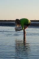 Mädchen, Kind keschert in einem Priel im Wattenmeer, Watt, Abendstimmung, Niedrigwasser, Ebbe
