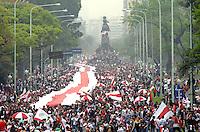 BUENOS AIRES, ARGENTINA, 08 OUTUBRO 2012 - MAIOR BANDEIRA DO MUNDO - Mais de 100 mil fãs do clube River Plate marcharam pelas ruas carregando a maior bandeira do mundo, com uma extensão de mais de 7.500 metros, que serão inscritos no Livro de Registro de Guines. (FOTO: JUANI RONCORONI / BRAZIL PHOTO PRESS).