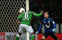 FUSSBALL   1. BUNDESLIGA   SAISON 2013/2014   11. SPIELTAG SV Werder Bremen - Hannover 96                         03.11.2013 Cedrick Makiadi (li, SV Werder Bremen) erzielt per Kopf das 2:1. Torwart Ron-Robert Zieler (re, Hannover) schaut zu