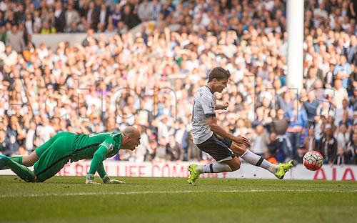 26.09.2015. London, England. Barclays Premier League. Tottenham Hotspur versus Manchester City. Tottenham Hotspur's Erik Lamela scores to make it 4-1.