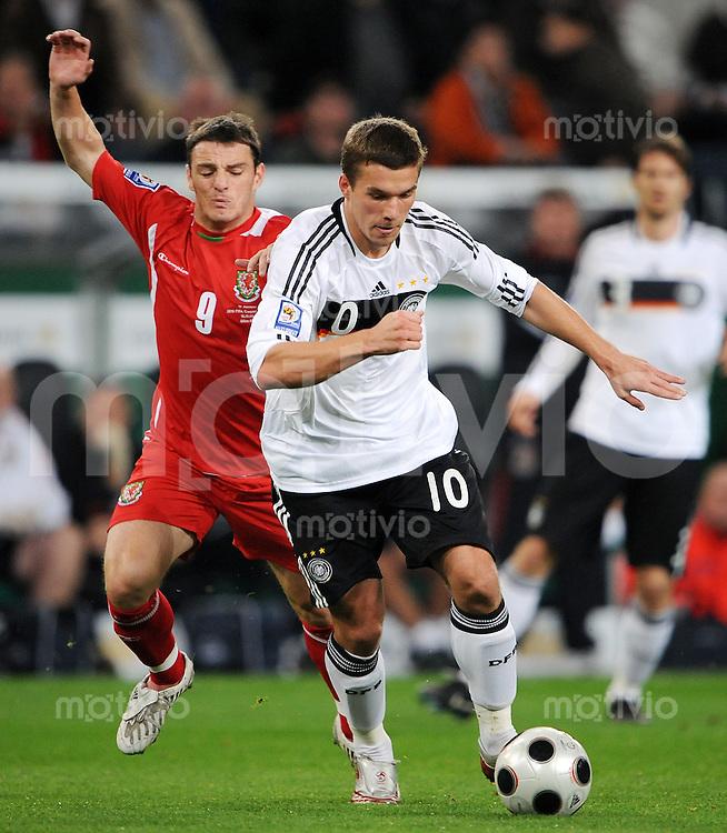 FUSSBALL   INTERNATIONAL   WM-QUALIFIKATION 2010 Deutschland - Wales               15.10.2008 Lukas PODOLSKI (re, Deutschland) gegen Craig BELLAMY (li, Wales)