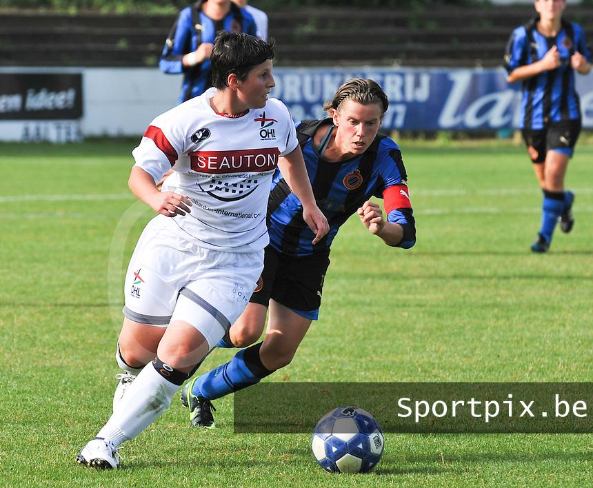 Club Brugge Dames - Oud Heverlee Leuven OHL Dames : Kelly Paulus aan de bal voor Angelique De Wulf.foto JOKE VUYLSTEKE / Vrouwenteam.be