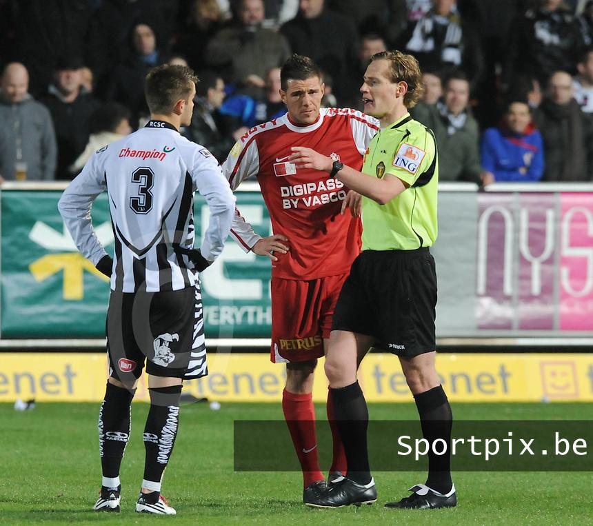 KV Kortrijk - Sporting Charleroi : scheidsrechter Wim Smet spreekt Guiseppe Rossini (midden) en Elvedine Dzinic toe.foto VDB / BART VANDENBROUCKE