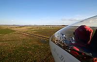 Landeanflug: AFRIKA, SUEDAFRIKA, 19.12.2007: Suedafrika,  Gariep, Gariepdam, Flugzeug, Segelflugzeug, fliegen, Karoo, Wueste, Cockpit, Mann, Aussenansicht, Haube, Duo Diskus, Doppelsitzer,  Instrumente, Landebahn, Landung, Anflug, Piste, Aufwind-Luftbilder