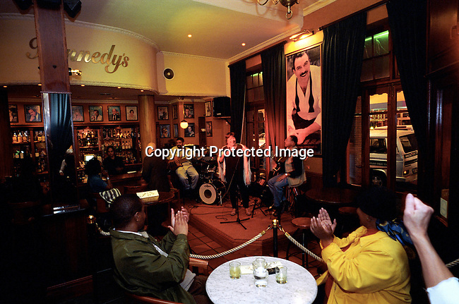 dippnig00120 People Nightlife People listening to a Jazz band, in the bar at Kennedy's a popular nightspot on long street in Cape Town, South Africa on October 24, 2003. The club is one of the most popular bars in Cape Town..©Per-Anders Pettersson/ iAfrika Photos