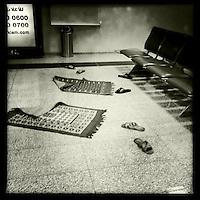 Gebetsteppiche im Abfertigungsbereich des Erbil International Airport. <br /> 20.12.2014, Erbil/Autonome Kurdische Region/Irak<br /> Copyright: Christian-Ditsch.de<br /> [Inhaltsveraendernde Manipulation des Fotos nur nach ausdruecklicher Genehmigung des Fotografen. Vereinbarungen ueber Abtretung von Persoenlichkeitsrechten/Model Release der abgebildeten Person/Personen liegen nicht vor. NO MODEL RELEASE! Nur fuer Redaktionelle Zwecke. Don't publish without copyright Christian-Ditsch.de, Veroeffentlichung nur mit Fotografennennung, sowie gegen Honorar, MwSt. und Beleg. Konto: I N G - D i B a, IBAN DE58500105175400192269, BIC INGDDEFFXXX, Kontakt: post@christian-ditsch.de<br /> Bei der Bearbeitung der Dateiinformationen darf die Urheberkennzeichnung in den EXIF- und  IPTC-Daten nicht entfernt werden, diese sind in digitalen Medien nach &sect;95c UrhG rechtlich geschuetzt. Der Urhebervermerk wird gemaess &sect;13 UrhG verlangt.]