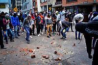 """BOGOTA - COLOMBIA, 25-09-2019: La movilización estudiantil denominada """"por la paz y por la vida"""" terminó en enfrentamientos con el ESMAD de la policía de Bogotá. La marcha fue convocada por estudiantes de las universidades públicas y se unieron a ellas algunas privadas como en estas imágenes La Javeriana. / The student mobilization recognized """"for peace and for life"""" ended in clashes with the ESMAD of the Bogotá police. The march was convened by students from public universities and joined by some private ones joined them as in these images La Javeriana. Photo: VizzorImage / Diego Cuevas / Cont"""
