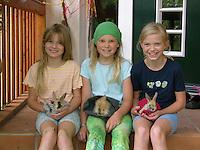 Mädchen mit jungen Zwerg-Kaninchen, Zwergkaninchen, Freundinnen, dwarf rabbit